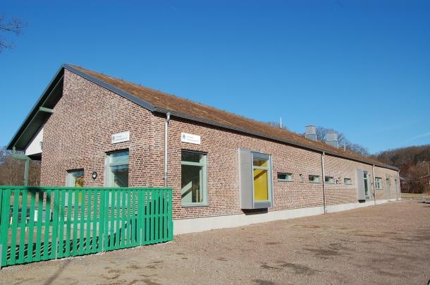 Den nya förskolan har grästak för att mjukare harmoniera med den lantliga miljön.